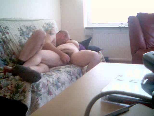 Зрелая женатая пара трахает в зале на диване