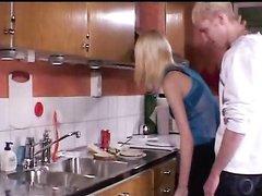 Молодая блондинка трахается на кухне