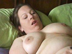 Толстая жена с большими сиськами мастурбирует любимым розовым вибратором