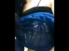 Девушка снимает свою мастурбацию в туалете самолета