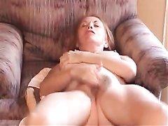 Зрелая женщина хочет кончить от мастурбации