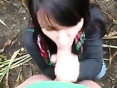 Жена сосет мне на улице и глотает сперму