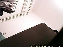 Зрелая женщина прихорашивается в ванной после душа - скрытая камера