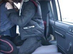 Русская пара любителей занимается любовью в машине