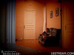 Русская студентка с двумя сокурсниками в студенческой общаге на скрытую камеру