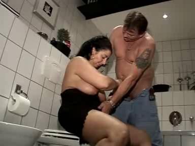 В ванную зрелая испанка пригласила соседа для домашнего секса с минетом