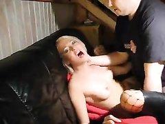 Худая блондинка в чулках стонет в домашнем видео от жёсткого проникновения