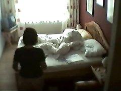 В спальне скрытая камера снимает домашнюю мастурбацию зрелой дамы на видео