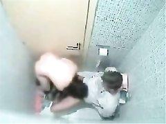 Скрытая камера в кабинке туалете снимает домашний секс похотливой пары
