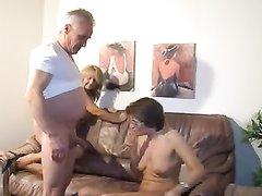 Зрелые развратницы для любительского секса втроём познакомились с ровесником