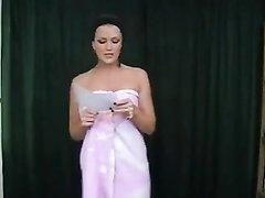 Жаркое домашнее видео с поэтическим выступлением фигуристой актрисы