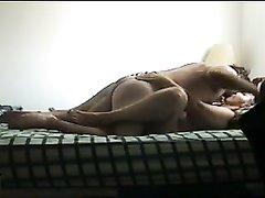 Супружескую измену зрелой жены с молодым любовником снимает скрытая камера