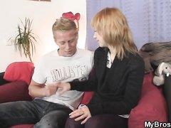 Пылкий блондин уговорил молодую красотку встретиться для домашнего секса