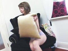 В соло сцене любительского видео молодая брюнетка сняла одежду и трусики