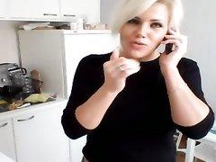 Фигуристая блондинка у себя дома перед вебкамерой обнажает  упругую попу