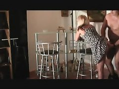 После завтрака зрелая домохозяйка насладилась анальным сексом с поклонником