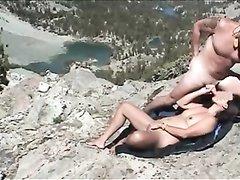 На пляже зрелая брюнетка с маленькими сиськами бесплатно сделала любительский минет