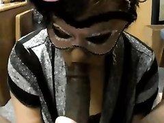 Длинноволосый негр в домашнем видео трахает белую дырку зрелой дамы в маске