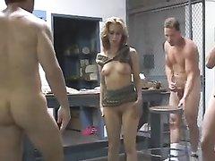 Молодая нимфоманка в групповом домашнем видео удовлетворила мужа с другом