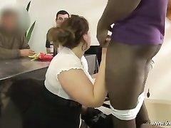 Толстая домохозяйка в чулках в групповом анальном видео с неграми и белыми парнями