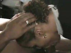 Негритянка с круглой попой в домашнем видео впилась ртом в чёрный член партнёра