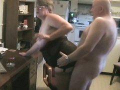 Зрелая толстуха в домашнем видео оголила огромные сиськи перед лысым соседом