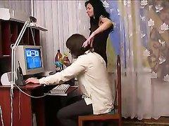 Зрелая брюнетка подговорила молодого компьютерщика на домашний секс