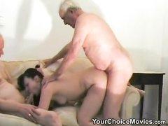 Зрелый и седой мужик с другом в любительском видео трахнул молодую брюнетку
