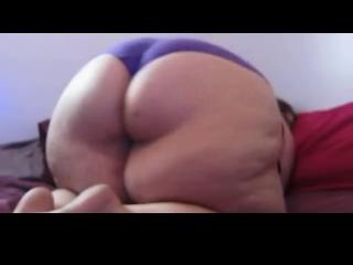 Толстая домохозяйка с огромной задницей в соло сцене интимного видео раздевается