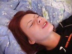 Рыжая русская красотка в любительском анальном видео трахнута в красивую попу