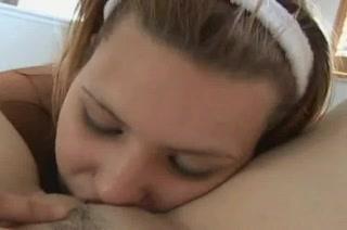 В лесбийском видео любовницы лижут сладкие киски и дрочат дырки вибратором