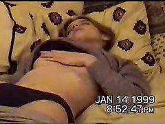 Домашнюю мастурбацию возбуждённой девушки подглядывают и снимают на видео