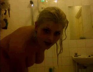 Пышная блондинка с подругой перед вебкамерой принимает душ в любительском видео