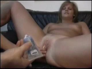 Молодая шлюха с бритой киской перед любительским сексом отсасывает член