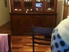 Зрелая домохозяйка онлайн показывает по вебкамере натуральные большие сиськи