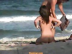 На нудистском пляже влюблённую пару сняли на видео полностью обнажёнными