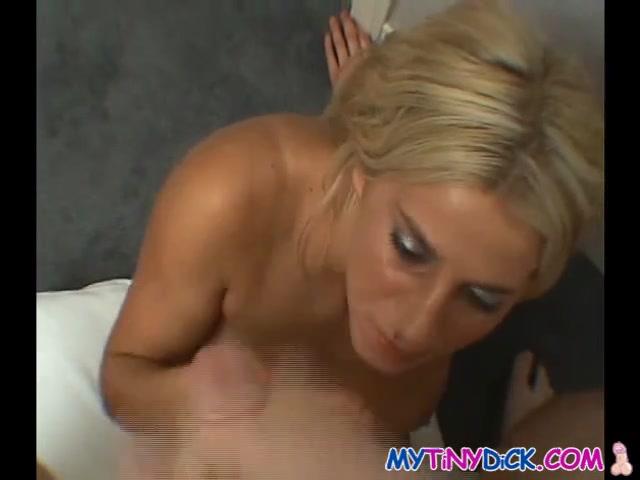 Блондинка с розовой киской после домашнего секса дрочит член для буккакэ