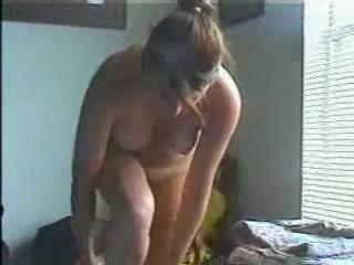 В интимном видео студентка желая домашний фистинг сняла розовые трусики