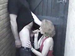 Озабоченная зрелая леди на улице нашла любовника для секса с минетом и буккакэ