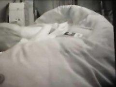 Мокрая женщина в домашнем видео в постели увлечена мастурбацией влажной щели