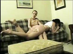 Зрелая госпожа в лесбийском видео шлёпает молодую любовницу по круглой попе
