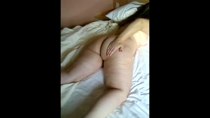 Зрелая дама в домашнем видео от первого лица показывает толстую попу встав на карачки