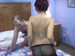 Рыжая зрелая пассия в колготках дрочит киску перед любительским сексом с куни