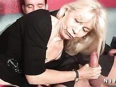 Зрелая французская блондинка пробует с молодыми любовниками групповой анальный секс