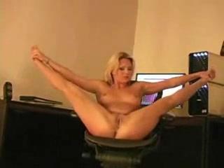 Молодая и гибкая блондинка в домашнем видео голой занимается растяжкой