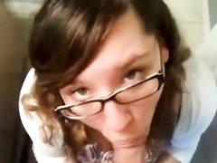 Очкастая секретарша в любительском видео от первого лица сосёт член босса