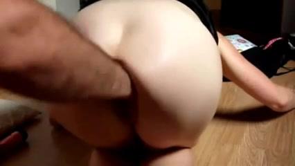 Для любительского анального секса с мастурбацией ануса дама встала на карачки