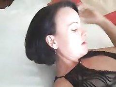 Зрелая брюнетка пришла к коллеге для любительского секса с куни и минетом