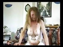 Зрелая пышка в корсете и чулках трахается в любительском видео и ест сперму