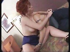 Рыжая зрелая француженка предпочитает домашний секс с анальной мастурбацией